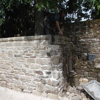 Reconstruction d''un mur dans le jardin du presbytère de Lehon