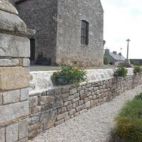 Réfection des joints du couronnement du mur d''enceinte de l''église à Mégrit