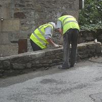 Réfection d''un muret dans le bas du bourg de Lehon