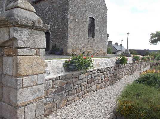 Réfection des joints du couronnement du mur d''enceinte de l''église à Mégrit 0