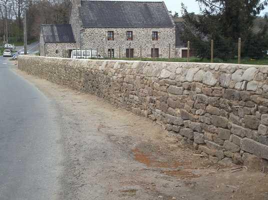 Reconstruction d''un mur au vieux bourg de Saint Lormel 0